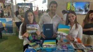chicos-chile-mostrando-folletos
