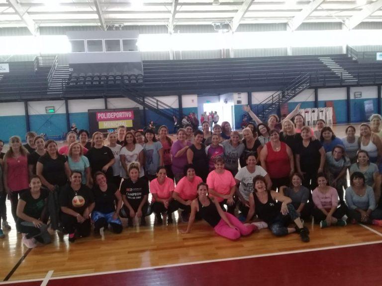 Gimnasia para adultos en el Polideportivo Municipal