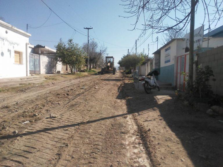 Trabajos de arreglo de calles de tierra y limpieza de desagües en calle Montevideo